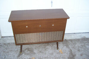 1961 RCA VICTOR EARLY FM & AM WITH RECORDPLAYER Windsor Region Ontario image 4
