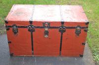 Vieux coffre ou malle de rangement en tôle