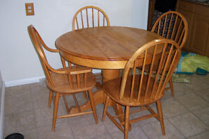 Oak Pedestal Table with 2 leaves and 4 chairs