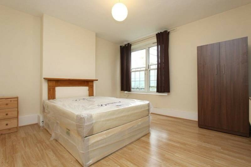 Room in Canary Wharf for couples !