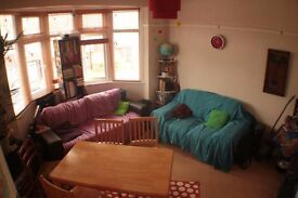 Lovely double room | 3 mins from station | All bills incl | Friendly housemates