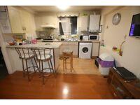 2 bedroom flat in Hanworth Road, HOUNSLOW, TW3
