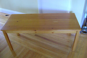 LOVELY SOLID WOOD RECTANGULAR COFFEE TABLE PERFECT CONDITION 20$