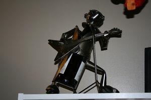 Joli musicien jouant de la guitare sculpté et soudé en métal