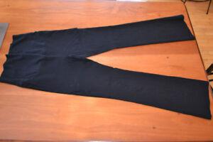 Pantalons maternités propres noirs.