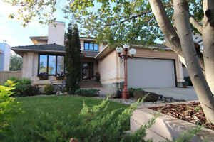 GORGEOUS FORMER SHOWHOME IN ST. ALBERT WITH TRIPLE GARAGE