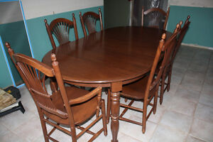 Solid maple dining table/chairs EXCELLENT condition
