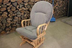 chaise berceuse en bois, le coussin a besoin d un nettoyage