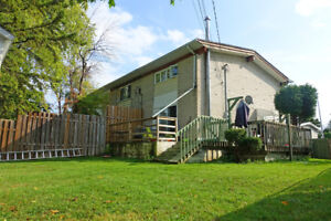 7 1/2 Townhouse, Easy Access To St-Laurent and (Great Deal)