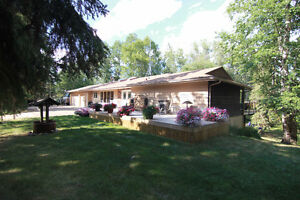 Gorgeous Bungalow on 2.99 Acres in Parkland County