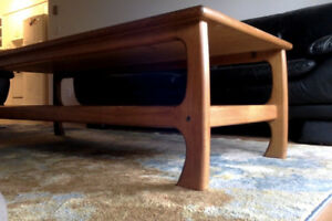 SOLID TEAK WOOD COFFEE TABLE IN EXCELLENT CONDITION