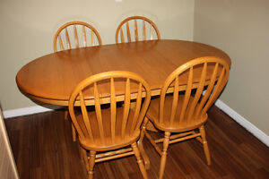 Solid Oak Table w/ 4 Chairs & 2 Leafs FOR SALE Kitchener / Waterloo Kitchener Area image 1