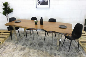 table en bois live edge, chaises, tabourets, live edge table