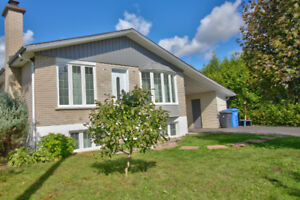 St-Hubert : Excellent Bungalow : 5 càc, 2 SDB, carport rigide..