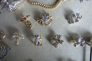 Collection of pins, brooches / Collection de broches