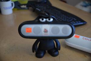 Dre Beats Pill 1st Gen + Magnetic Speaker Stand Figurine