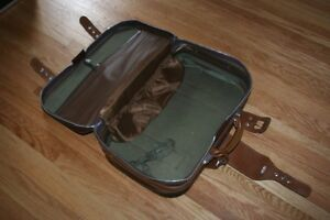 Take flight: good-looking retro suitcase in immaculate condition Kitchener / Waterloo Kitchener Area image 6