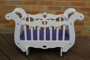 VINTAGE WHITE WOOD TOY PRETEND DOLL CRIB/CRADLE, GREAT CONDITION