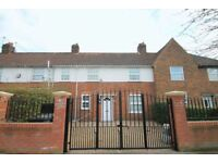 3 bedroom house in Saxon Drive, Acton, W30