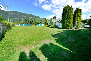 Compound in The Heart of Sicamous - 2 Blocks from Boat Launch!