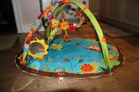 Portique d'éveil/tapis d'activités pour bébés (Tiny Love)