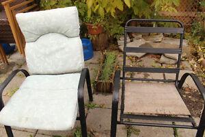 Table en bois et 4 chaises avec coussins
