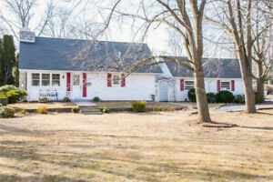 Beautiful Home for Sale in Grimsby just minutes from the lake!