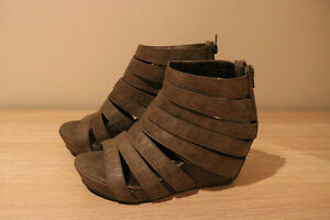 Womens 7 Grey Zip Up Strappy Wedges