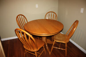 Solid Oak Table w/ 4 Chairs & 2 Leafs FOR SALE Kitchener / Waterloo Kitchener Area image 3