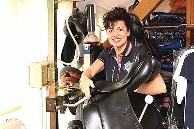 Petra Paris an einem Sattelverstellgerät (© Petra Paris)