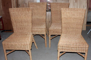 4 chaises de salle à dîner / 4 dining room chairs FREE