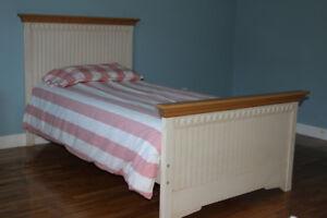 Set de chambre pour enfant en bois.