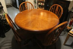 DINING ROOM / KITCHEN TABLE AND 4 CHAIRS