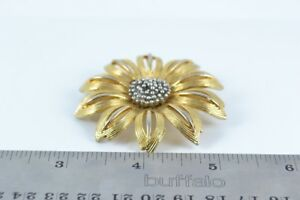 VINTAGE - Gold toned Brooch