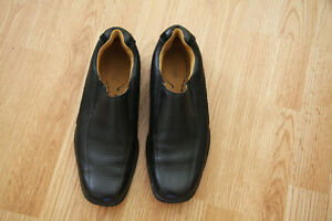 MAN ROCKPORT CLASSIC LEATHER SLIP-ON=SHOES IN BLACK.