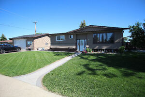 5 bedroom bungalow with 26'x28' detached heated garage REDCLIFF