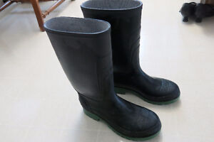 Unisex Size 7 Rubber Boots Pd over $45/Used Once for Landscaping