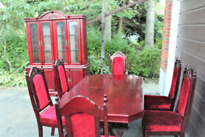LUXURIOUS DINING SET (VERY GOOD CONDITION)