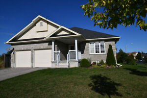 Beautiful Bungalow with Private Lot in Town Lindsay!