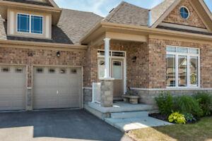 BEAUTIFUL CUSTOM 3 BED & 2.5 BATH IN DESIRABLE NEIGHBOURHOOD!