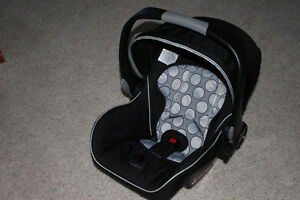 """""""BRITAX B-SAFE"""" car seat with a base & 2 car seat covers."""