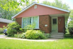 Beautiful 3 Bedroom Upper level of Bungalow near Centrepointe