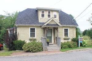 Charming 1 1/2 Storey in the Heart of Hampton