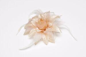 Fleur beige avec plumes 5 ½'' (neuve)