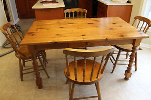 *Price drop* Solid pine dining set with buffet/hutch
