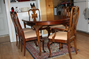 Walnut Queen Anne Style Table and 6 Chairs w/ Shell carvings