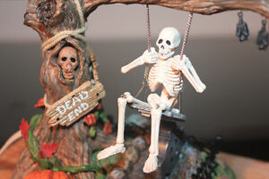 Department 56 – Village d'Halloween - Swinging Skeleton