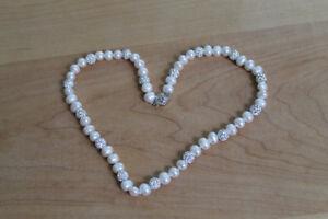 collier de VRAI perles blanches et pierres de crystals pour 100$