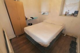 Large double room available in Stratford, minutes away from Central London