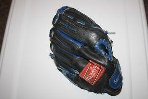 Selling a Rawlings 9.5 inch baseball glove